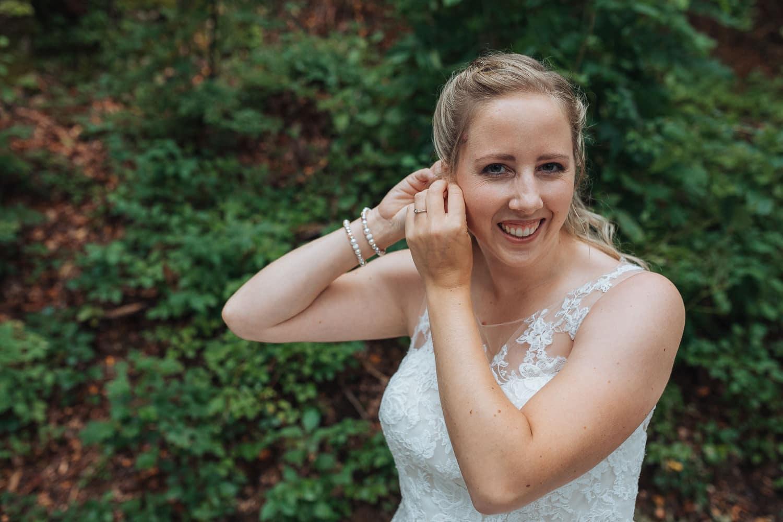 Hochzeit Ankleiden Braut outdoor