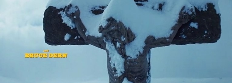 Door sneeuw overdekt kruisbeeld