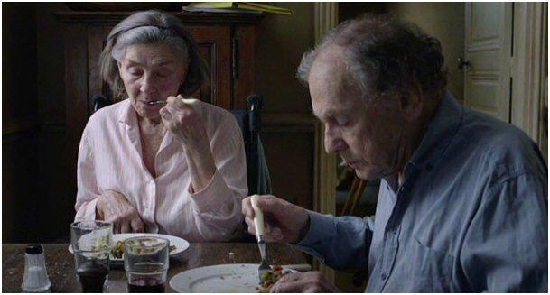 """De camera op ooghoogte als heimelijke gast aan tafel in """"Amour""""."""
