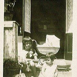 Maud, Rudy (in wieg?), Loes. Onderschrift: '29 April '29'