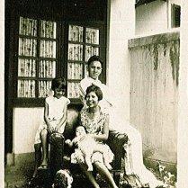 Maud, Loes, Ciel, Piet. Onderschrift: 'Oct, '28'
