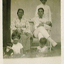 Zittend Komot, Piet met Rudy, staand Willem August, op de voorgrond Maud, Loes. Onderschrift: '29 April '29'