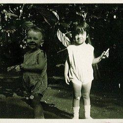Rudy, Loes. Onderschrift: 'Bij Oma en Opa te Buitenzorg'