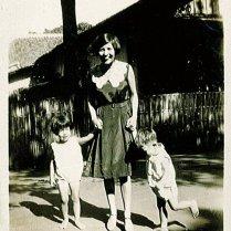 Loes, Ciel, Rudy. Onderschrift: 'Bij Oma en Opa te Buitenzorg'