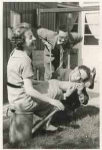 """Met Anke en Berry. """"Eind april 1960 bij 't afscheid van Anke + Berry"""""""