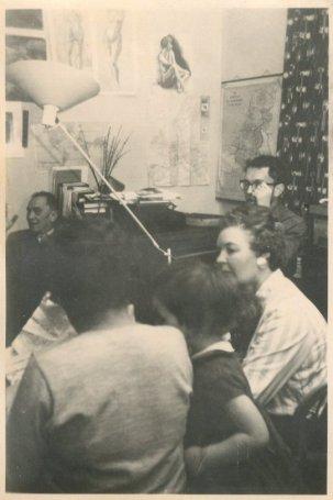 """Piet Cornets de Groot, Loes, Andrea, oma Bruynzeel, Rudy. """"3-12-'60, alle Sinterklazen op bezoek"""""""