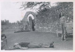"""Op vakantie in Canterbury, Engeland, 1972. """"Ruïne St. Augustinus Abbey. Pappa ging meteen plat!"""""""