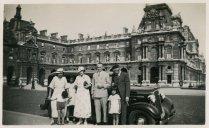 """Verlofjaar 1935. """"Stop in Brussel. Terug naar Indië. Meneer Witkamp rijdt ons naar Genua, waar we op de Dempo of de Van Oldenbarneveld stappen."""""""