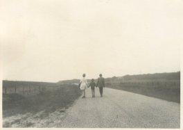 """Vakantie in Friesland van 1-15 aug. 1970. """"Gekiekt door de dochters! Zo liepen we naar Rijs! 2½ km."""""""