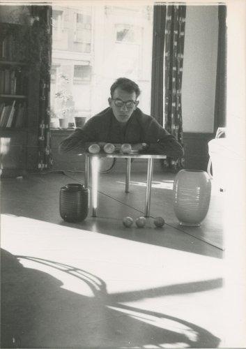 Planeten en een zwevende Cornets de Groot, thuis op de Denneweg in Den Haag, 1960.