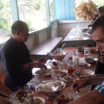 Onderweg naar de Kubu, eten met de hand.