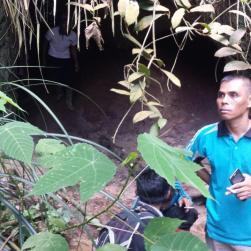 Voor een grot van de Kubu.
