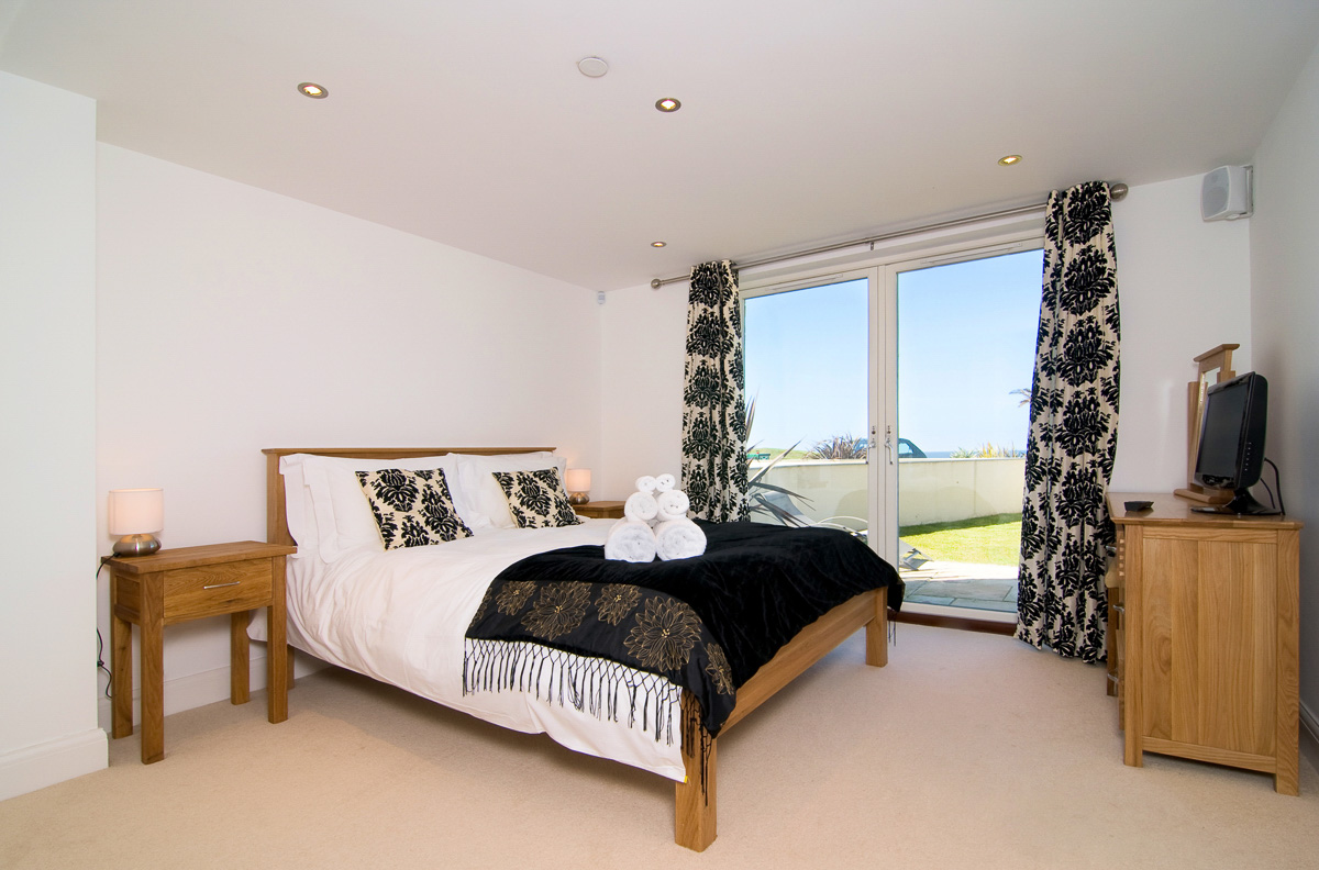 daymar holiday cottage cornwall master bedroom