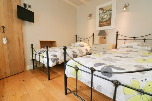 character holiday cottage in Padstow twin bedroom contemporary