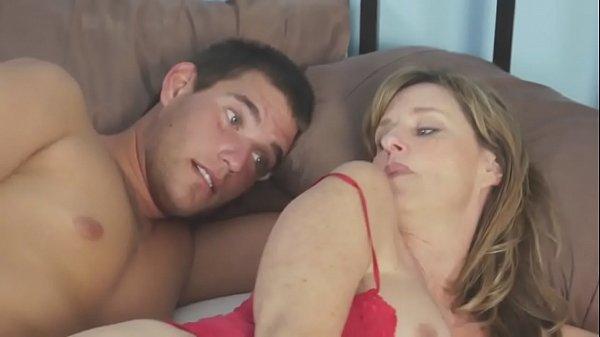 Dividindo a cama com a tia gostosa