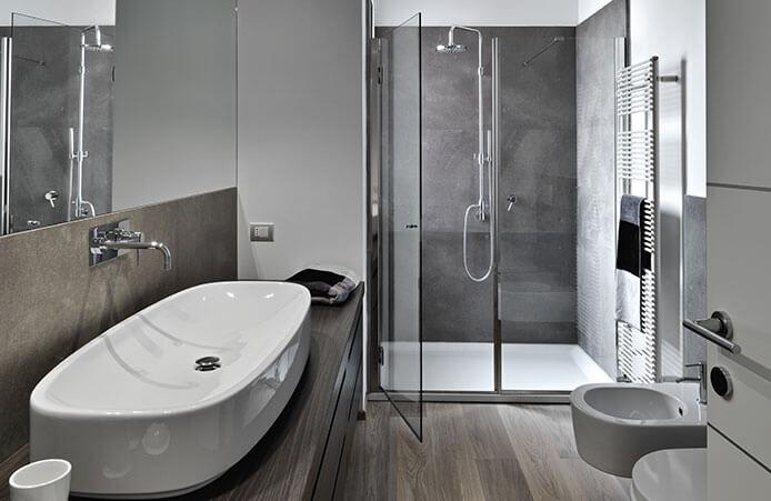 salle de bains transformer votre baignoire en douche a l italienne troquer votre lavabo porcelaine contre une vasque en verre trempe