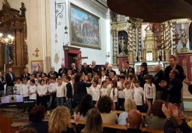Scolari cantanti in chiesa per fine scuola