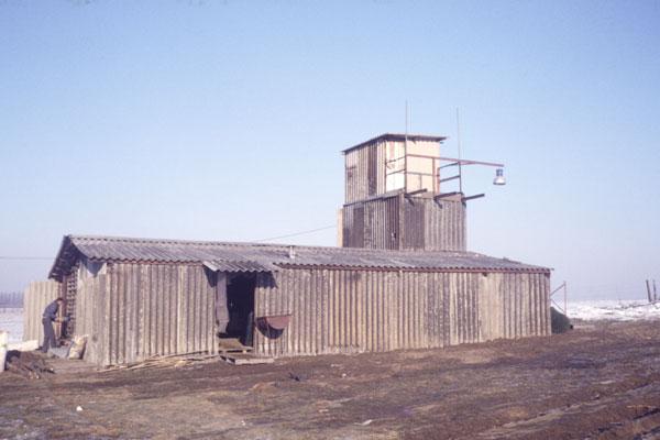 1987. Hangar et tour de projection.