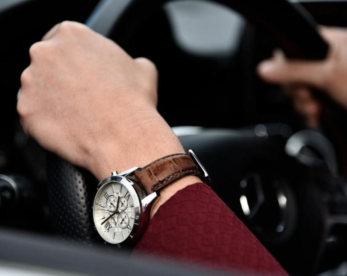 orologi vintage, orologi classici, uomo al volante con orologio in primo piano, immagini hd