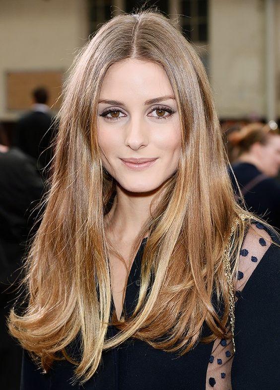 taglio capelli donna, capelli lunghi con riga centrale, capelli lunghi