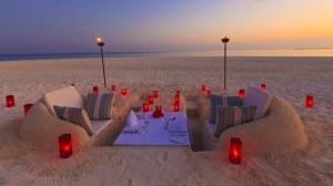 cena-romantica-sulla-spiaggia-delle-maldive