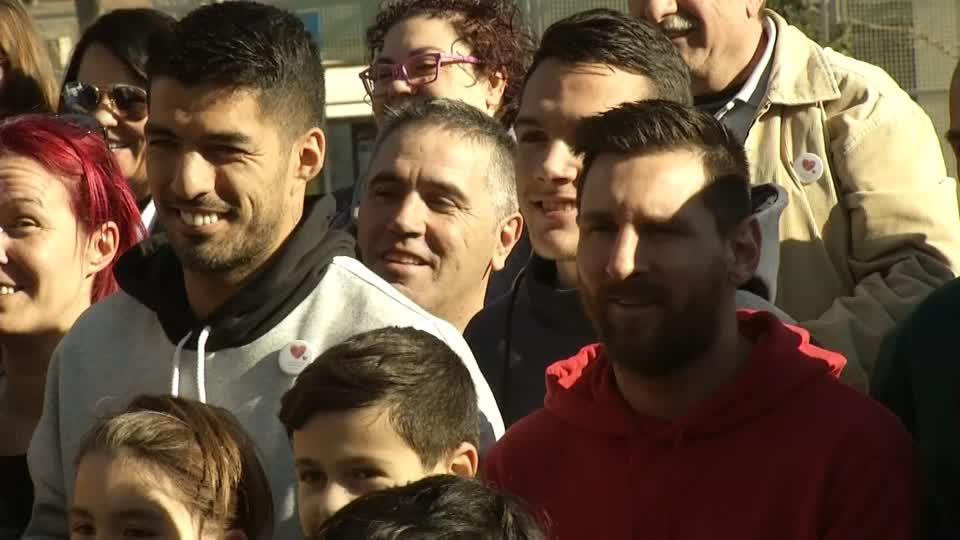 Messi give sick children New Year surprise, visit them at hospital with Suarez