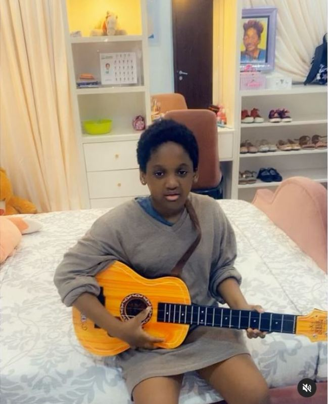 Another legend loading – Reactions as Tuface's daughter plays an ukulele and sings Ayra Starr's song passionately