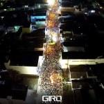 Multidão acompanha trios pela avenida