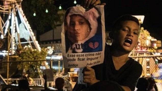 Manifestações em filiais do Habibs cobram punição por morte de João Victor