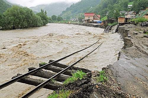 La linea ferroviaria vicino a Vicovu de Jos, Romania. (Epa)