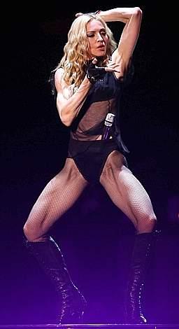 A pochi giorni dal 50esimo compleanno, Madonna ha sfoggiato un fisico muscoloso e scolpito sul palco del Cardiff Millennium Stadium, prima di 50 tappe dello «Sticky and Sweet» tour, tra cui Roma il 6 settembre. (Afp)
