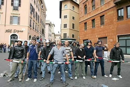 Ecco gli armati che la Polizia il cui ingresso in piazza non sarebbe stato notato dalle forze dellordine