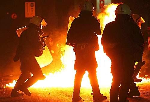 ad Atene un agente ha sparato tre colpi a un 15enne uccidendolo. Subito dopo sono scoppiati disordini in diverse città del Paese. Nelle foto auto e cassonetti incendiati dai manifestanti nelle strade della capitale, dove è stata data alle fiamme anche una palazzina (Reuters)