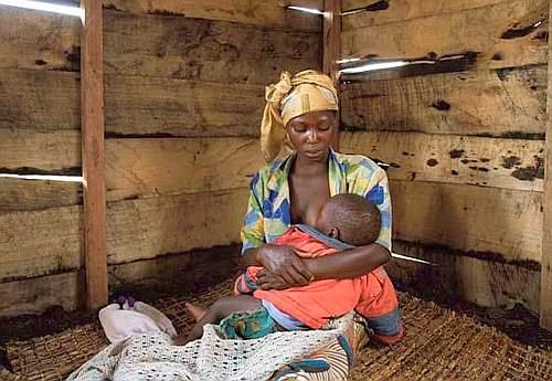 Solange, 18 anni, con David nato dalla violenza, nel campo per sfollati di Mukunga (foto Alfredo Falvo)