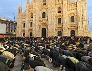 Manifestanti che hanno partecipato a milano al corteo contro i bombardamenti israeliani a Gaza , inginocchiati in piazza Duomo, rivolti verso la Mecca (direzione Palazzo Reale) per pregare. (Ansa)