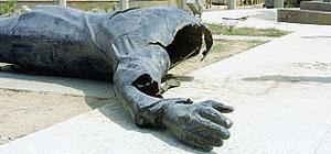 2003 «Americani e iracheni hanno abbattuto decine di statue di Saddam»