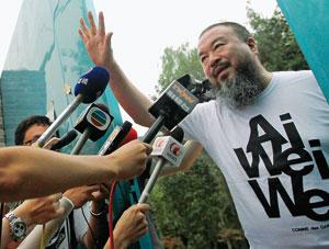 L'artista dissidente Ai Weiwei, 54 anni (nella foto, all'entrata del suo studio a Pechino dopo il rilascio il 23 giugno), è stato in carcere per 81 giorni (Reuters/ David Gray)