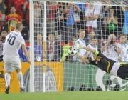 il rigore sbagliato da de Rossi (Reuters)