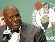O'Neal alla firma del contratto con i Boston Cektics nel 2010 (Ap)