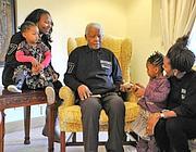 Nelson Mandela in compagnia dei suoi famigliari (Reuters)