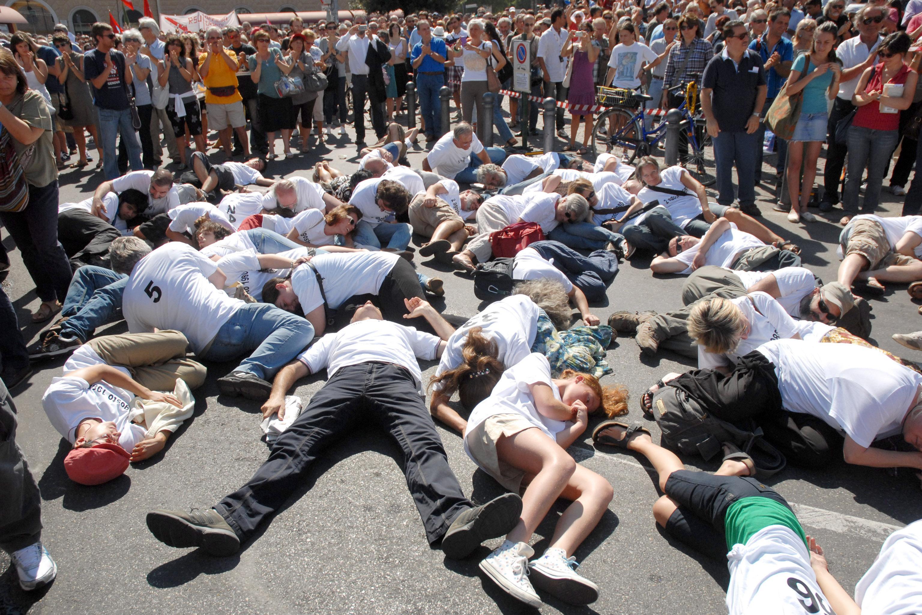 Il flash mob inscenato l'anno scorso a Bologna per ricordare la strage