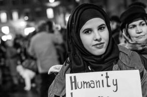 Manifestazione silenziosa per dire no alla violenza in nome dell