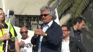 un momento dell'intervento di Grillo a Piombino