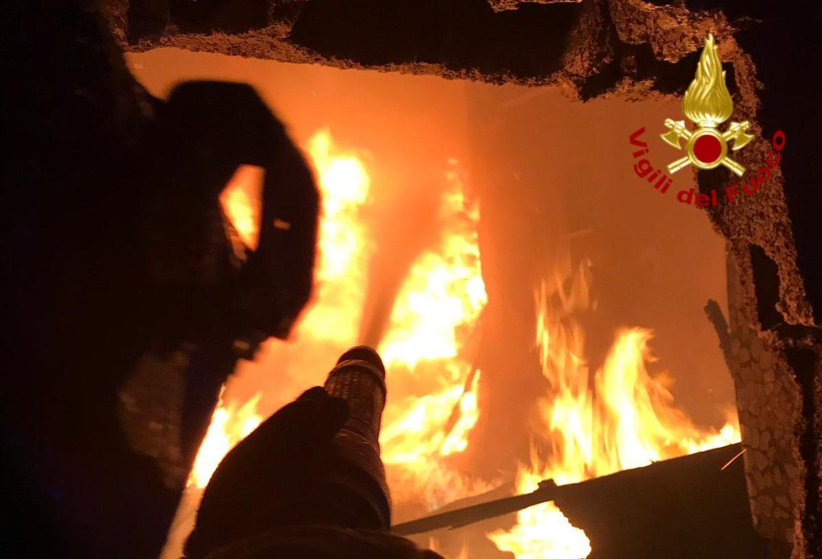 A Catania capannone in fiamme, a Motta rogo doloso distrugge 3 auto: Vigili del fuoco al lavoro