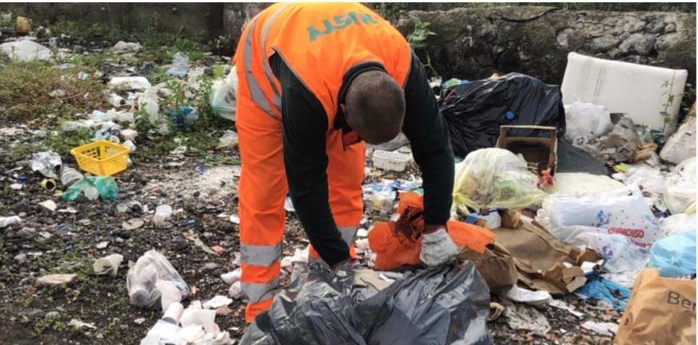 Adrano, rifiuti non raccolti per le vie cittadine: ecco le ragioni