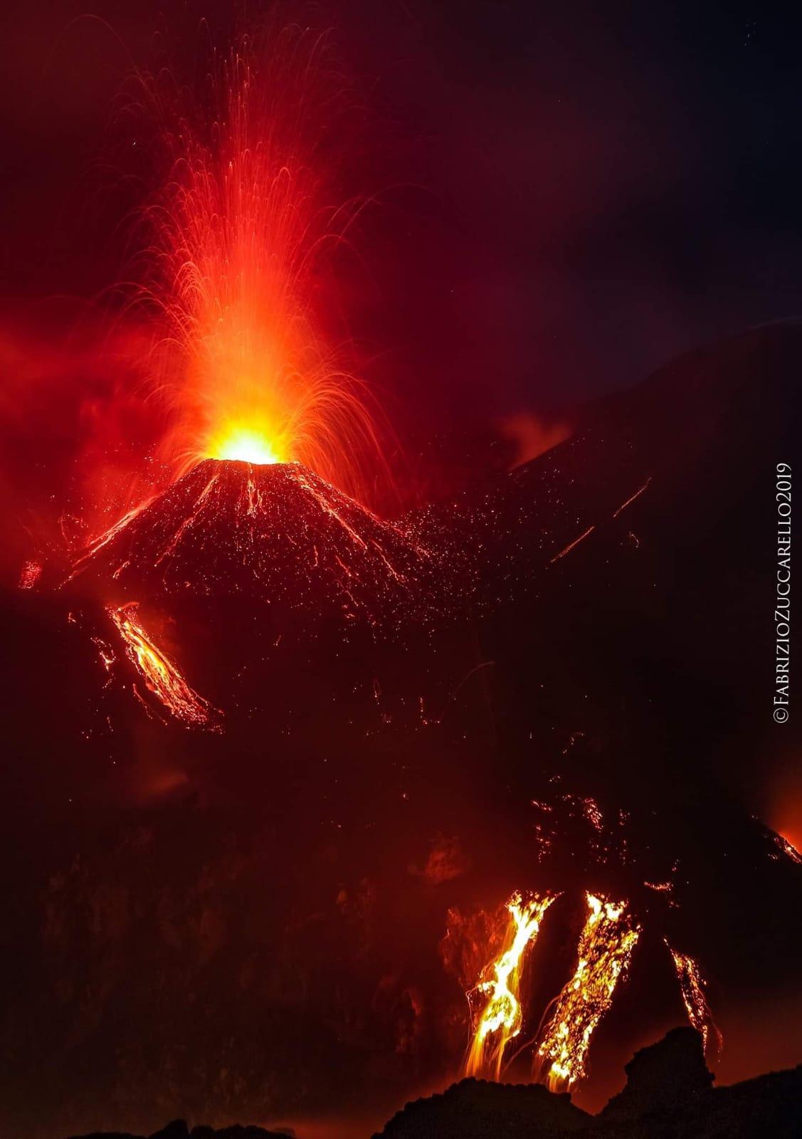 Etna, 'fuochi d'artificio' al Cratere Voragine: si è formata una colata intracraterica