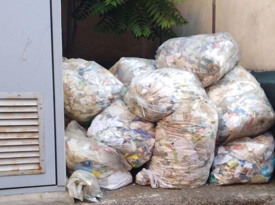 """Paternò, sacchi di rifiuti nel cortile della """"Giovanni XXIII"""": scuola multata, chiude 3 giorni per bonifica"""