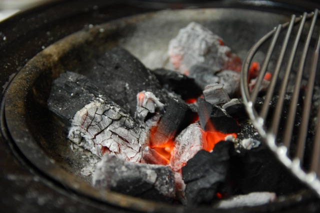 Paternò, carbonella spenta male la causa dell'incendio in via Po: le fiamme domate dopo 4 ore