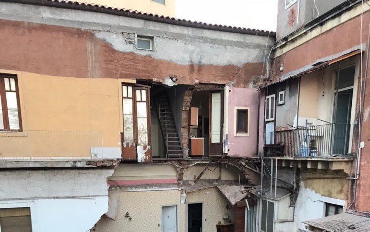 Catania, cedimento fondale per la palazzina di via Castromarino: al sicuro tutte le persone coinvolte (VIDEO)