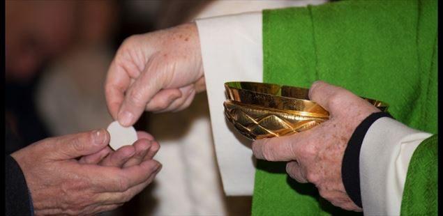 Coronavirus, eucaristia sulla mano e scambio di pace senza contatto: le raccomandazioni della Chiesa siciliana